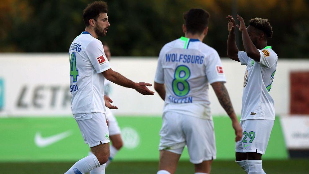 Admir Mehmedi (li.) schoss den VfL Wolfsburg mit drei Toren im Alleingang zu... - Bildquelle: imago/regios24