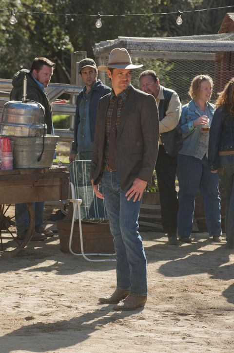 Auf dem Fest, zu dem Mags die ganze Gemeinde eingeladen hat, kommt es zu mehreren kleinen Zwischenfällen. Raylan (Timothy Olyphant, M.) ist stets a... - Bildquelle: 2011 Sony Pictures Television Inc. and Bluebush Productions, LLC. All Rights Reserved.