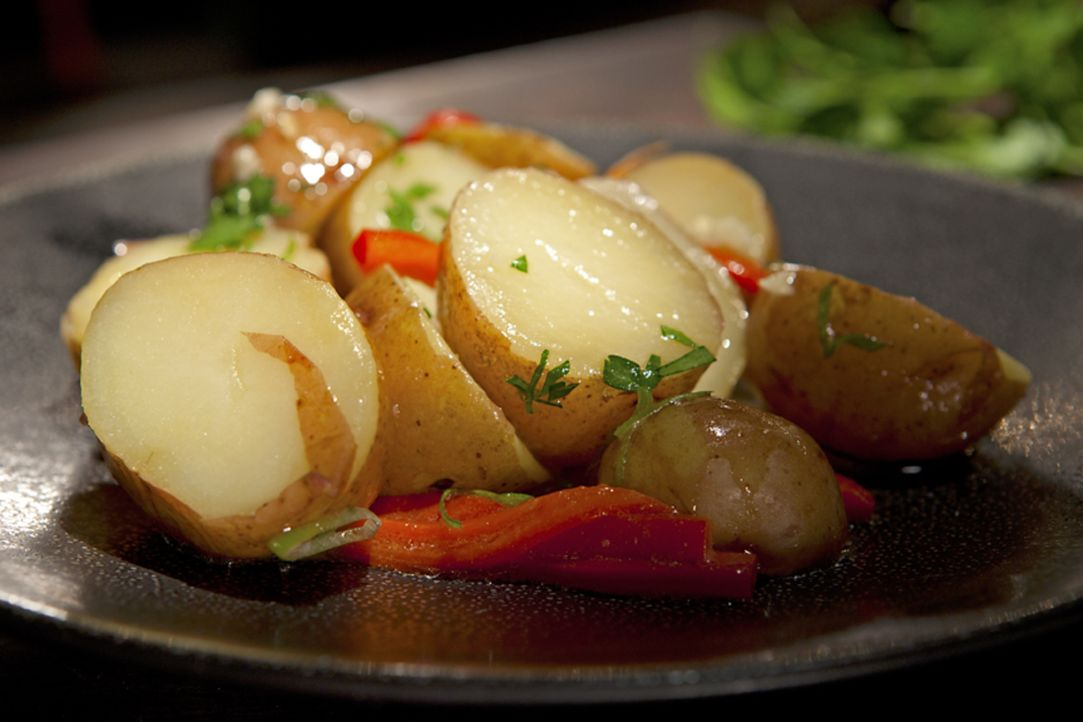 Mit ausgewählten Zutaten zaubert Guy Fieri den Kartoffelsalat der etwas anderen Art ... - Bildquelle: 2012, Television Food Network, G.P. All Rights Reserved.
