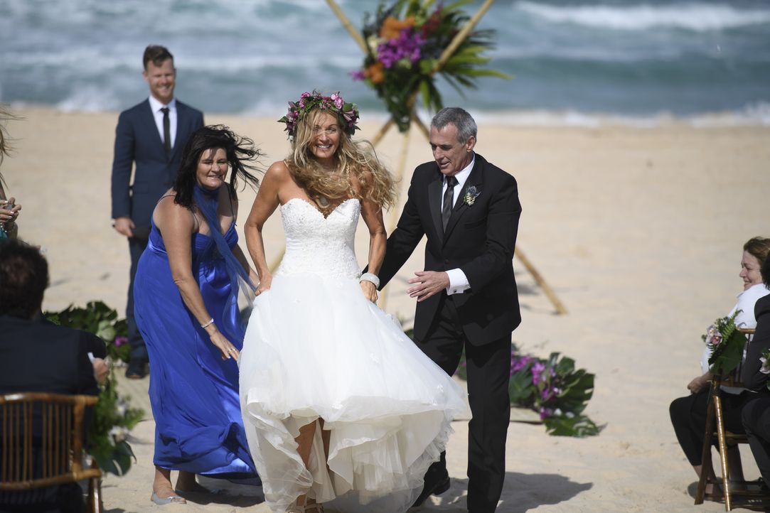 Als ihr am Altar bewusst wird, dass mit John (r.) ihre Erwartungen eines polynesischen Bräutigams nicht erfüllt wurden, gibt sich Deborah (l.) verha... - Bildquelle: ENDEMOLSHINE AUSTRALIA AND CHANNEL NINE