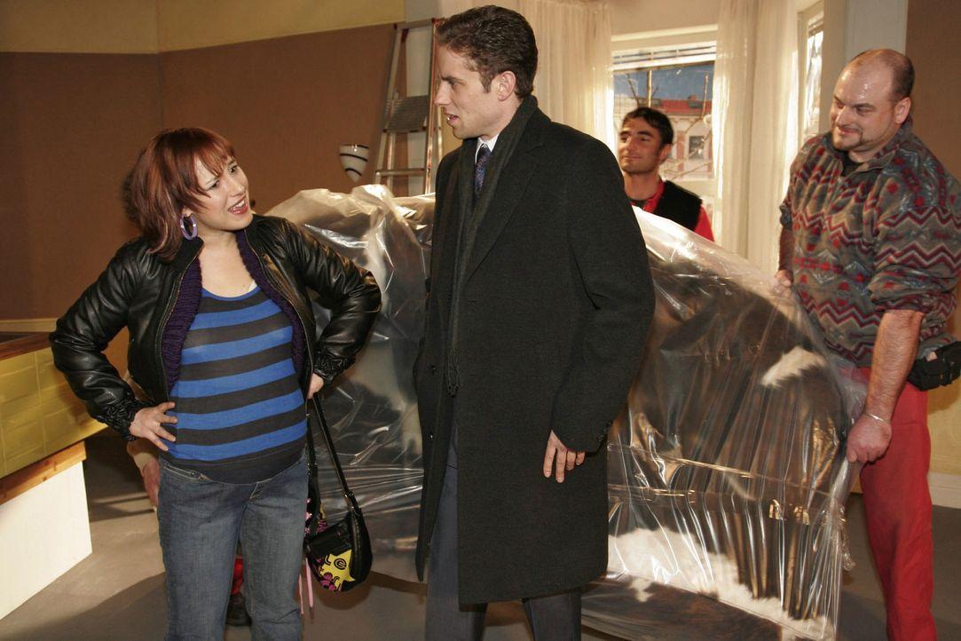 Yvonne (Bärbel Schleker, l.) fühlt sich übergangen, als Max (Alexander Sternberg, r.) in Eigenregie Möbel in die gemeinsame Wohnung liefern lässt.... - Bildquelle: Noreen Flynn Sat.1