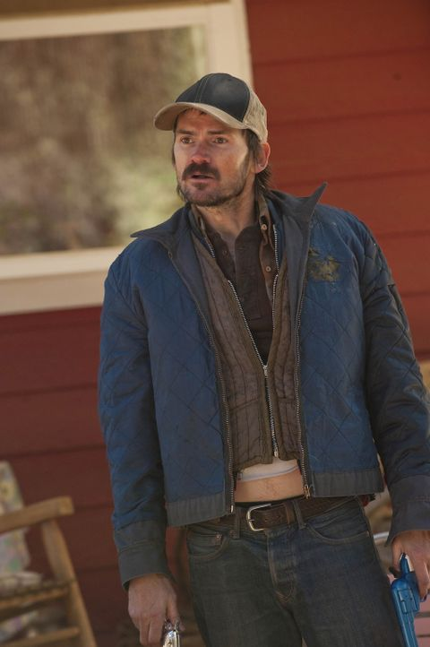 Ihm passt es gar nicht, dass U.S. Marshal Raylan Givens herumschnüffelt: Dickie (Jeremy Davies) - Bildquelle: 2011 Sony Pictures Television Inc. and Bluebush Productions, LLC. All Rights Reserved.