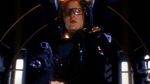 Scully (Gillian Anderson) begibt sich schwer bewaffnet in ein Computerspiel u...
