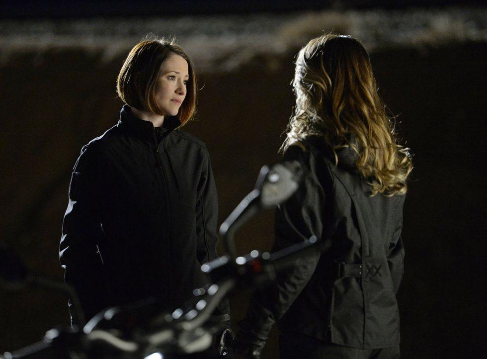 Alex (Chyler Leigh, l.) trifft die Entscheidung, bei einer Mission auf die Hilfe ihrer Schwester Kara (Melissa Benoist, r.) zu verzichten. Kann sie... - Bildquelle: 2015 Warner Bros. Entertainment, Inc.