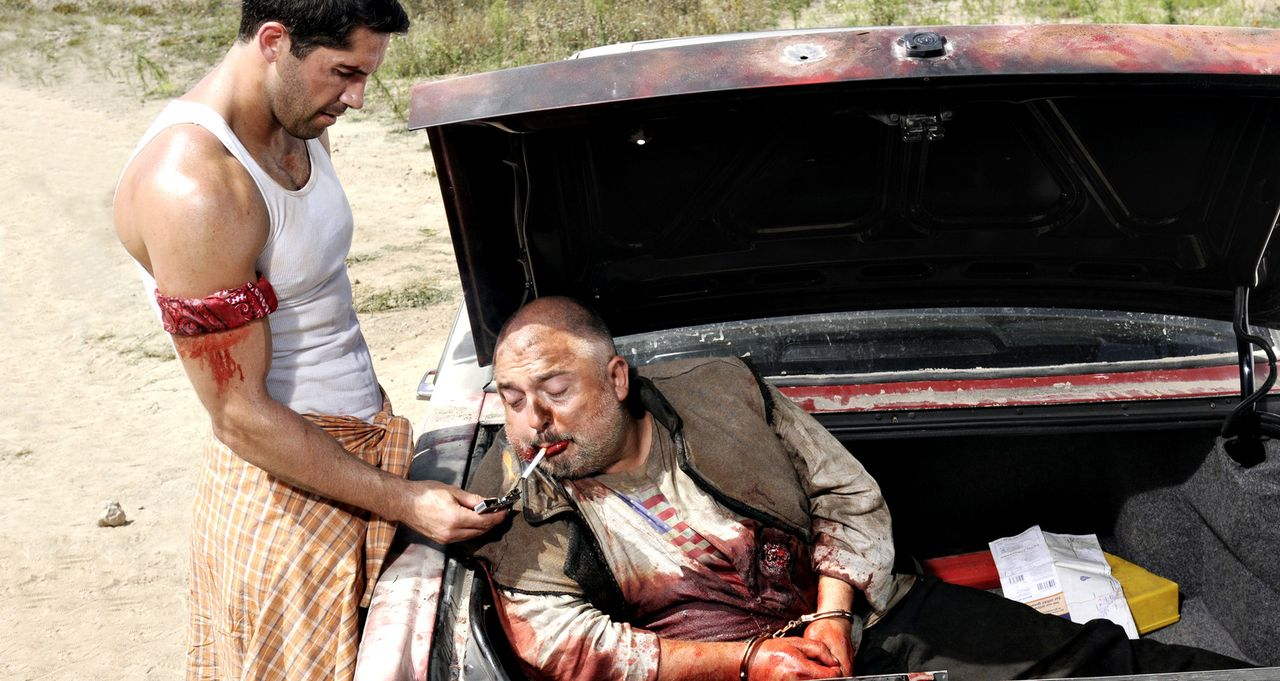 Gönnt einem Todgeweihten noch eine letzte Zigarette: ''The Man'' (Scott Adkins, l.) ... - Bildquelle: 2014 Tiberius Film GmbH.