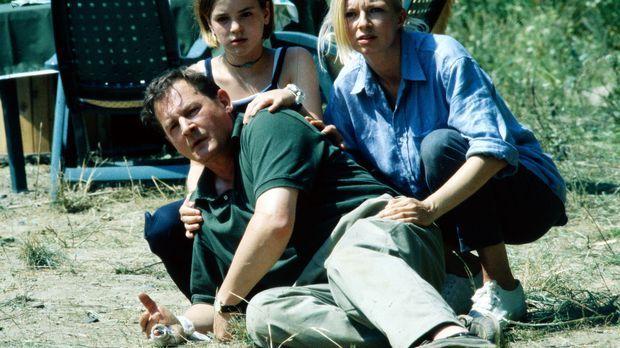 Carla (Michaela Merten, r.), Albert (Burghard Klaußner, l.) und Patrizia (Lau...