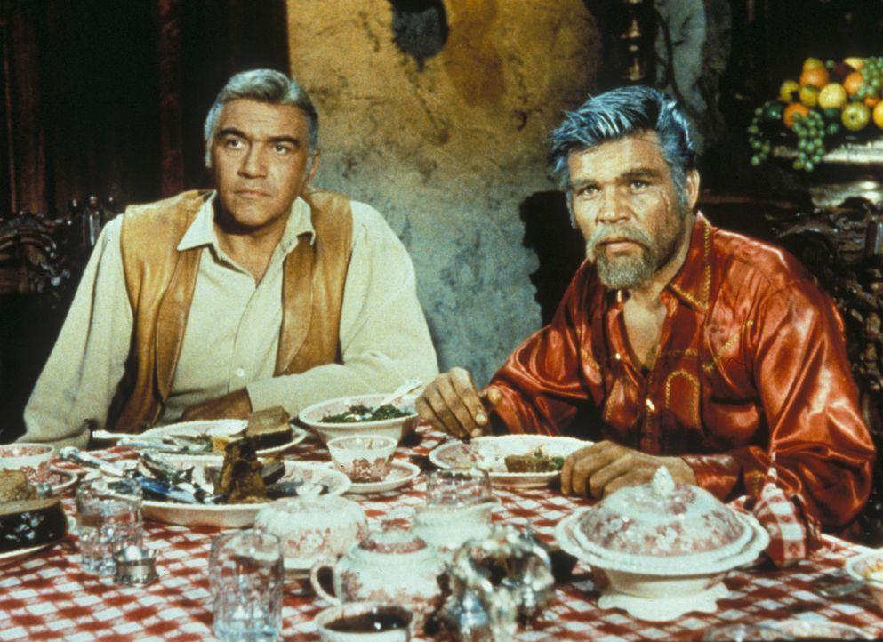 Noch ahnt Ben (Lorne Greene, l.) nicht, dass das unerwartete Auftauchen seines Schwagers Gunar Borgström (Neville Brand, r.) alles andere als ein ne... - Bildquelle: Paramount Pictures