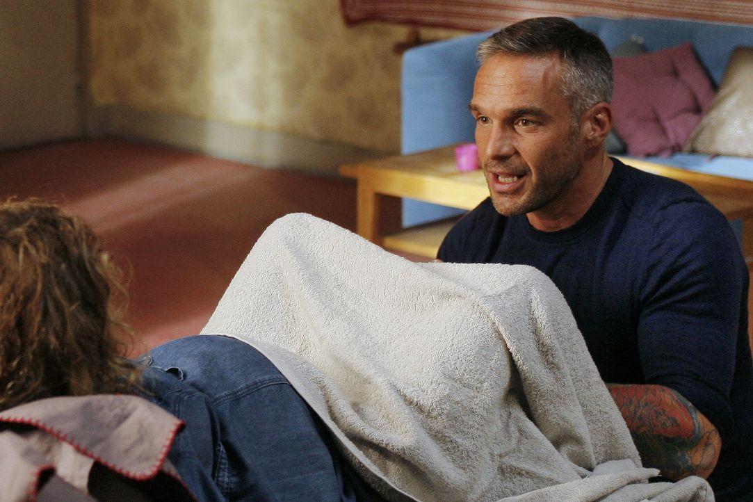 Als Rocher (Philippe Bas) in der Wohnung einer Verdächtigen ankommt, muss er Geburtshilfe leisten ... - Bildquelle: 2014 BEAUBOURG AUDIOVISUEL