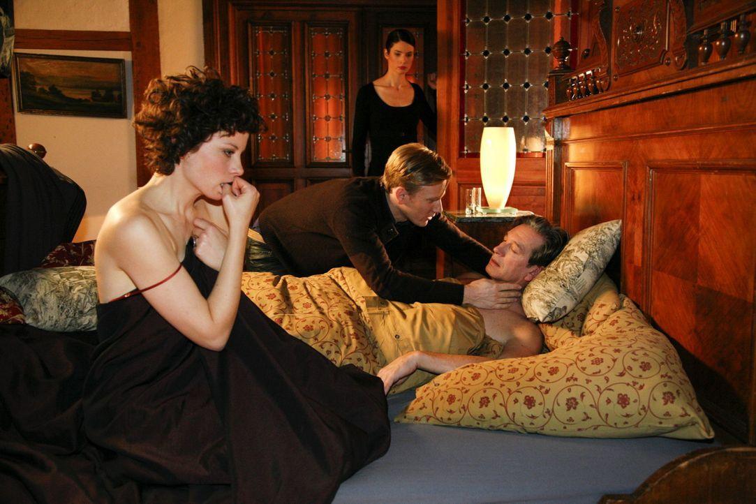 Nach einem Schäferstündchen mit Emily (Anna Schäfer, l.) bricht der herzkranke Julius (Günter Barton, r.) plötzlich leblos zusammen. Philip (Ph... - Bildquelle: SAT.1