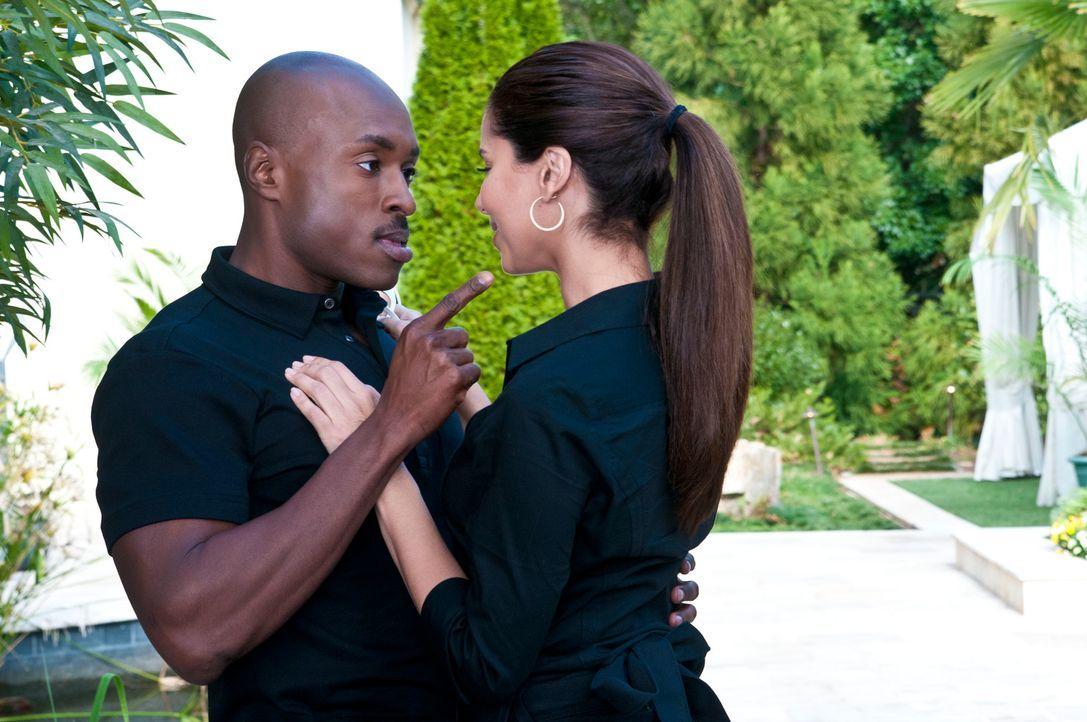 Zu Sams (Wolé Parks, l.) Entsetzen lädt Carmen (Roselyn Sanchez, r.) ihre Freundinnen an den Pool ein ... - Bildquelle: ABC Studios