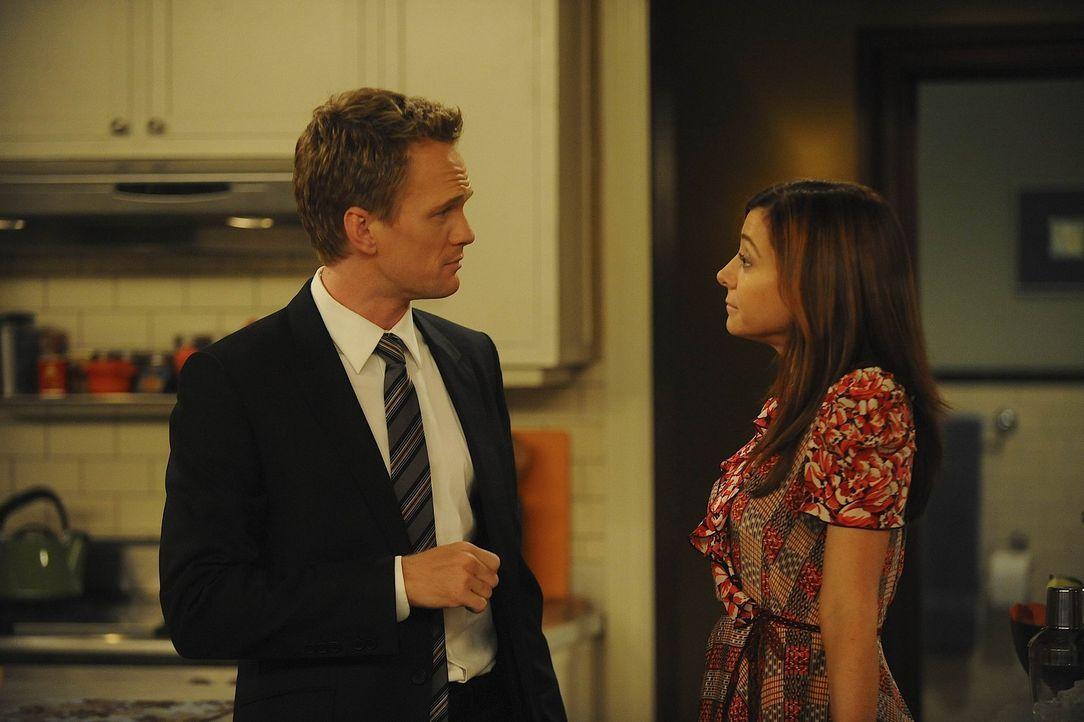 Nachdem Barney (Neil Patrick Harris, l.) Marshall aufgefordert hat, sich seine Männlichkeit zu bewahren, nimmt sich Lily (Alyson Hannigan, r.) Barn... - Bildquelle: 20th Century Fox International Television
