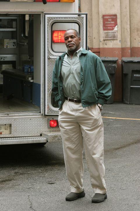Pratt ist ziemlich überrascht, als plötzlich sein Vater (Danny Glover) in der Notaufnahme auftaucht ... - Bildquelle: Warner Bros. Television