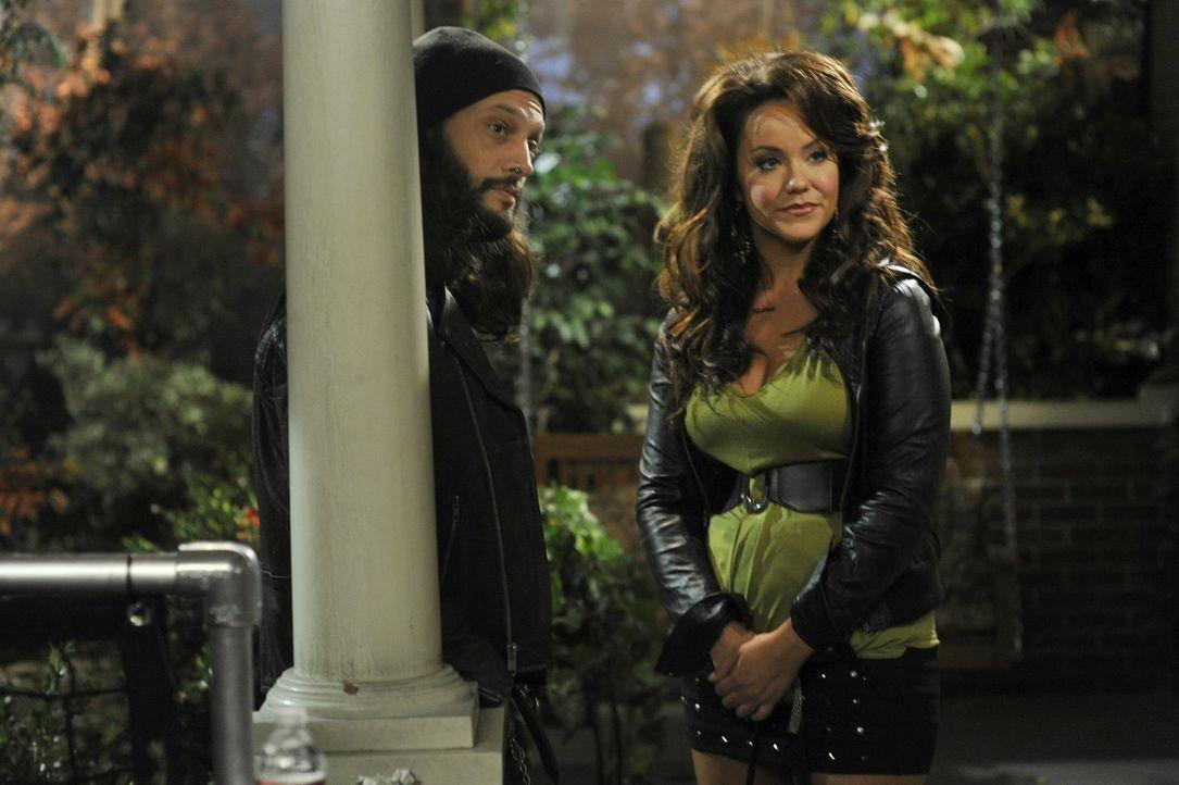 Als Victoria (Katy Mixon, r.) mit Dylan (John Charles Meyer, l.), einem Obdachlosen, nach Hause kommt, geraten die Frauen aneinander ... - Bildquelle: Warner Brothers