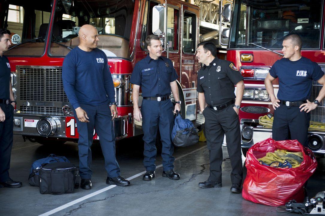 Sam (LL Cool J, 2.v.l.) und Callen (Chris O'Donnell, M.) müssen sich, um einen neuen Fall aufzuklären, als Feuerwehrmänner ausgeben. Doch werden sie... - Bildquelle: Neil Jacobs 2016 CBS Broadcasting, Inc. All Rights Reserved.