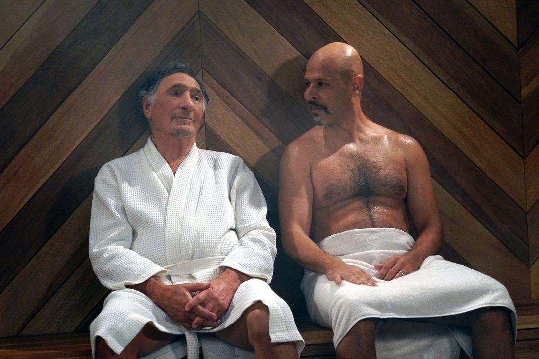 Wird Fawz (Maz Jobrani, r.) Arthur (Judd Hirsch, l.) wirklich mit einem Saunabesuch davon überzeugen, dass es auch außerhalb des Donut Ladens schöne... - Bildquelle: Monty Brinton 2017 CBS Broadcasting, Inc. All Rights Reserved