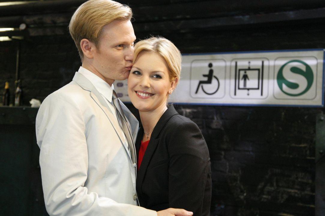 Philip (Philipp Romann, l.) ist bitter enttäuscht. Es scheint, als wäre Alexandra (Ivonne Schönherr, r.) noch nicht bereit, öffentlich zu ihm zu... - Bildquelle: SAT.11