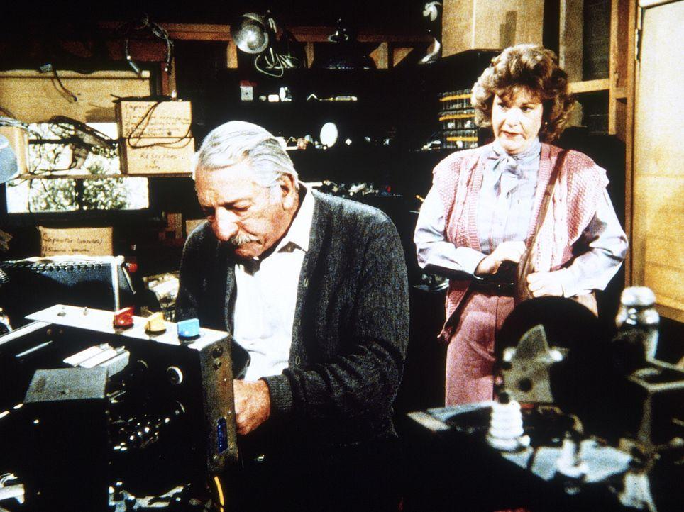 Miss Muncie (Myra Turley, r.) vom Sozialamt stellt Harvey (Harold J. Stone, l.) vor eine schwierige Entscheidung. - Bildquelle: Worldvision Enterprises, Inc.
