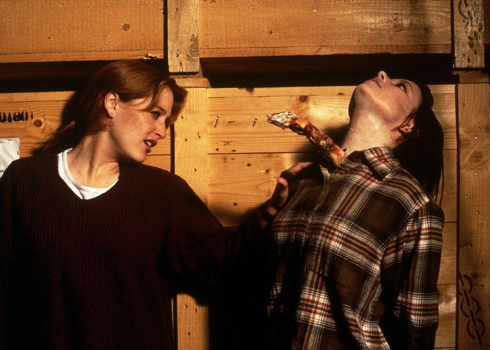 Scully (Gillian Anderson, l.) ist Augenzeugin, als die Vulkanologin Jesse O'Neil (Shawnee Smith, r.) von einem fremdartigen Pilz, der in ihrem Körpe... - Bildquelle: TM +   Twentieth Century Fox Film Corporation. All Rights Reserved.