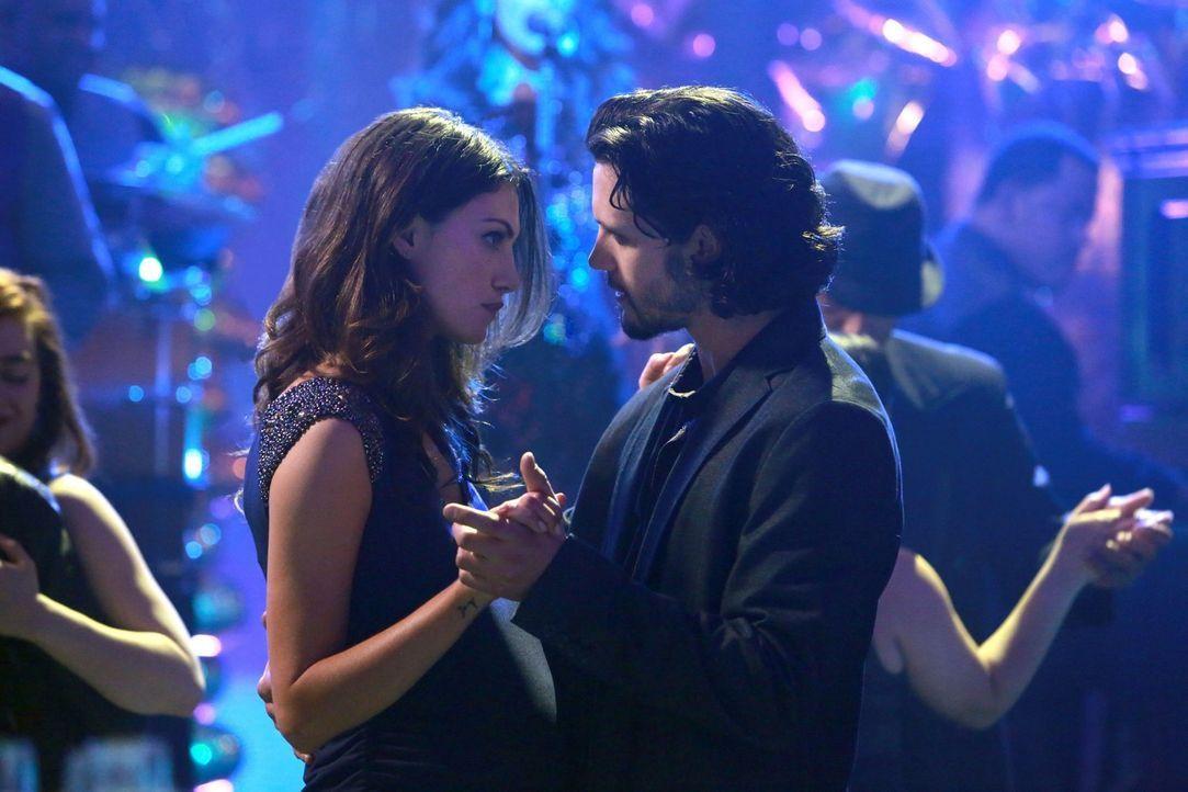 Hayley (Phoebe Tonkin, l.) und Jackson (Nathan Parsons, r.) verstehen sich immer besser, doch das gefällt nicht allen ... - Bildquelle: Warner Bros. Television