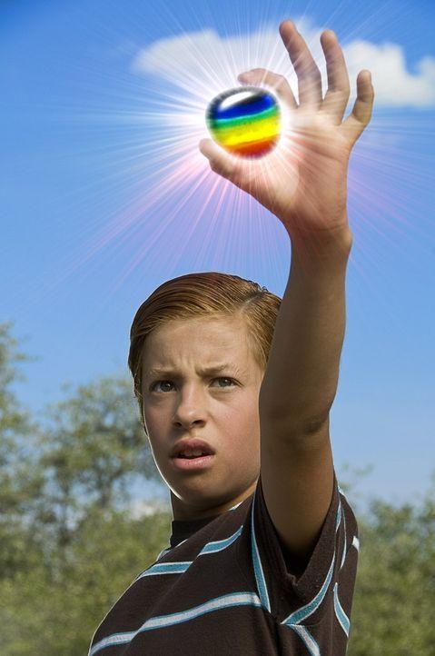 Der 11-jährige Toe Thompson (Jimmy Bennett) entdeckt eines Tages einen regenbogenfarbenen Stein, der vom Himmel gefallen ist. Der Clou an diesem Ste... - Bildquelle: Warner Brothers
