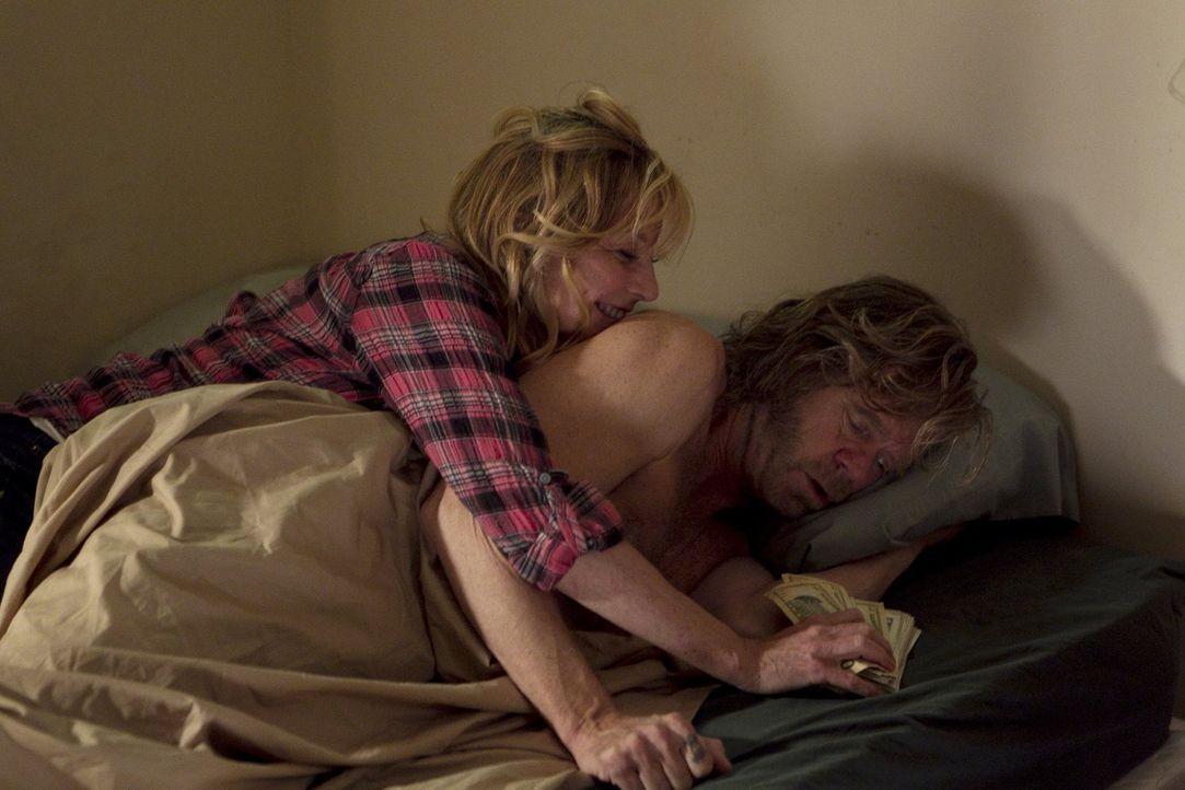 Fiona ist glücklich darüber, dass Monica (Chloe Webb, l.) im Haus wohnt. Frank (William H. Macy, r.) hingegen muss sich erst an seine Exfrau gewöhne... - Bildquelle: 2010 Warner Brothers