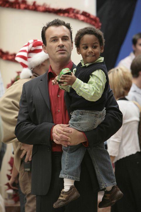 Während Sean im Einkaufszentrum als Weihnachtsmann fungiert, bekommt Christian (Julian McMahon, l.) überraschenden Besuch von Wilber (Joshua Henry... - Bildquelle: TM and   2004 Warner Bros. Entertainment Inc. All Rights Reserved.