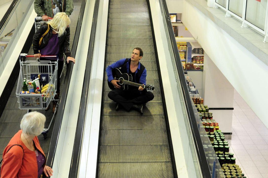 Mit seinen alten Hits, die er auch in Einkaufspassagen spielt, versucht der bisher erfolglose Sänger Martin (Ralf Bauer) seine Karriere voranzutrei... - Bildquelle: Christiane Pausch Sat.1