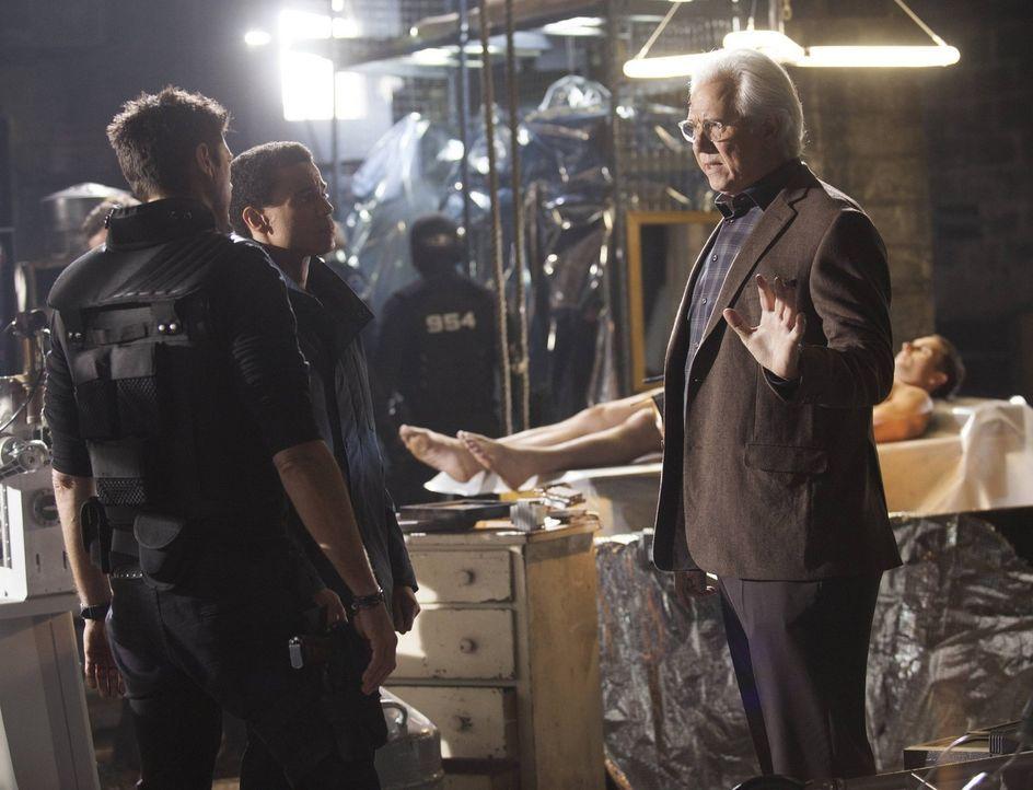 Kennex (Karl Urban, l.) und Dorian (Michael Ealy, M.) setzen all ihre Hoffnungen auf Dr. Nigel Vaughn (John Larroquette, r.), doch selbst als Erscha... - Bildquelle: Warner Bros. Television