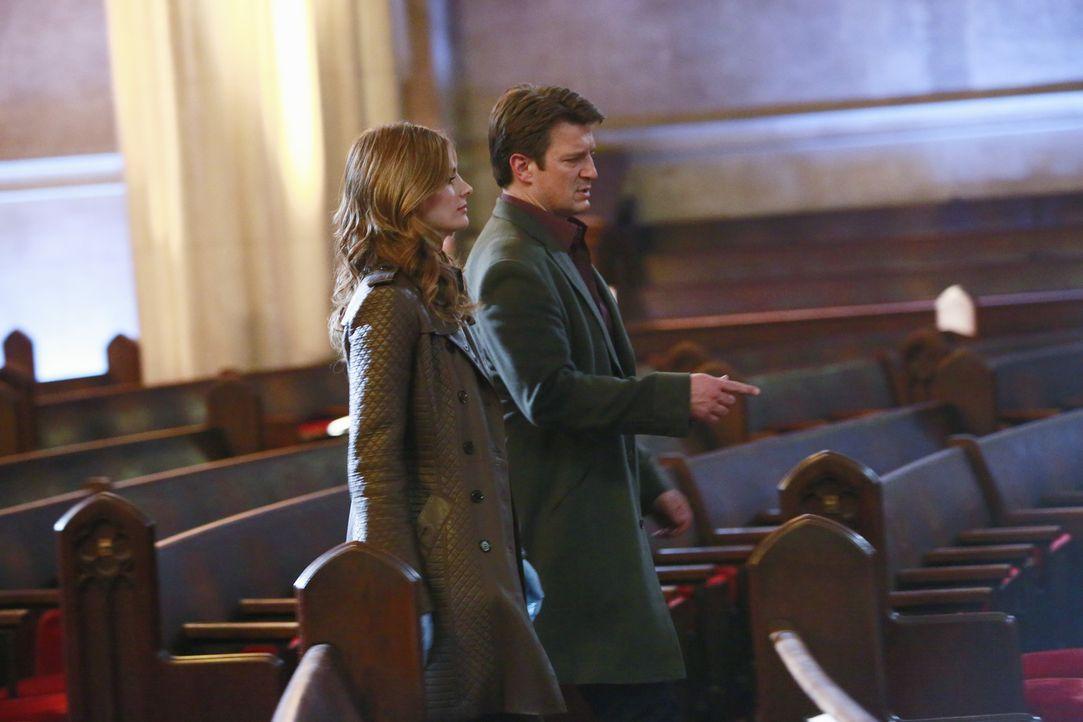 Ihr neuer Fall führt Castle (Nathan Fillion, r.) und Beckett (Stana Katic, l.) in eine Kirche, in der sich eine äußerst dubiose Geschichte zugetrage... - Bildquelle: 2013 American Broadcasting Companies, Inc. All rights reserved.