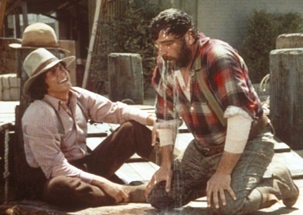 In der Stadt trifft Charles (Michael Landon, l.) völlig überraschend auf seinen alten Freund Edwards (Victor French, r.), der stockbetrunken ist. - Bildquelle: Worldvision