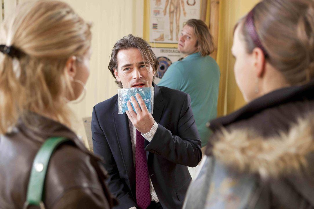 Nachdem Sven mitbekommen hat, dass Danni (Annette Frier, l.) mit Oliver (Jan Sosniok, 2.v.l.) was trinken war, eskaliert es in der Kaufhauspassage.... - Bildquelle: Frank Dicks SAT.1