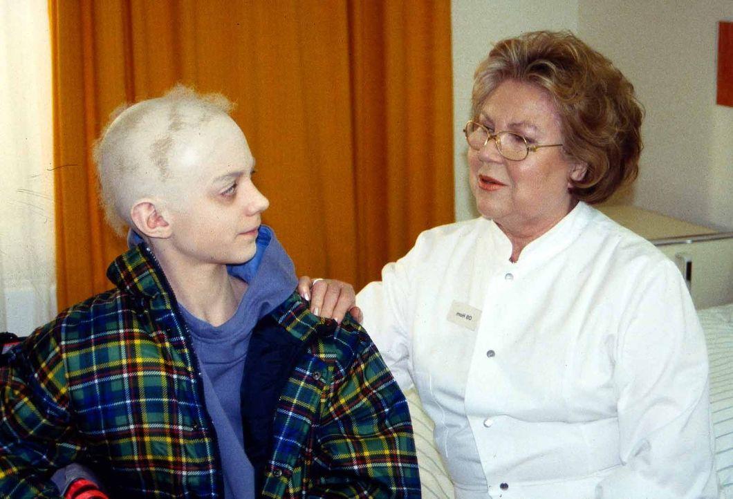 Oberschwester Horn (Eva Maria Bauer, r.) heißt den leukämiekranken Tobias Felder (Jascha Mettmann, l.) im Krankenhaus willkommen und hilft ihm, sein... - Bildquelle: Jatagandzidis Sat.1