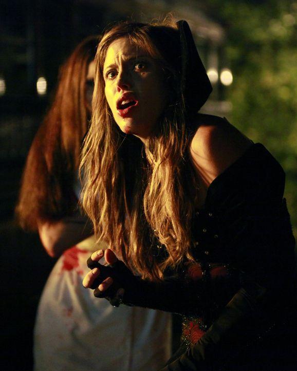 Als Vampir verkleidet ist es Vicki (Kayla Ewell) gelungen, sich aus dem Haus zu schleichen und auf eine Halloween-Party zu gehen. Dort kommt es zu e... - Bildquelle: Warner Brothers