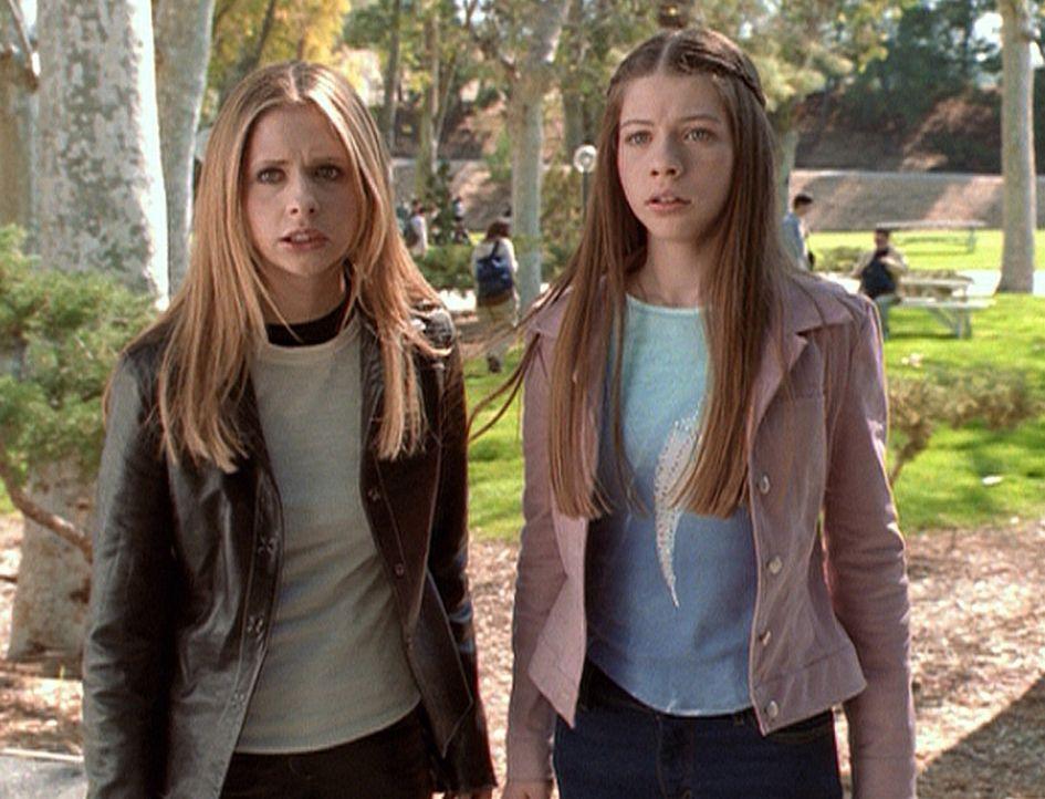 Da Glory nun weiß, dass Dawn (Michelle Trachtenberg, r.) der Schlüssel ist, gibt es für Buffy (Sarah Michelle Gellar) nur eines: Sie muss mit ihr... - Bildquelle: TM +   2000 Twentieth Century Fox Film Corporation. All Rights Reserved.