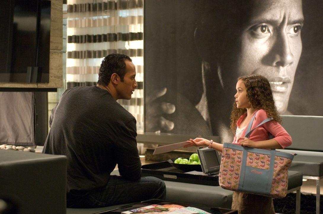 Ert als Peyton (Madison Pettis, r.) ihm den Vaterschaftstest zeigt, schenkt Joe (Dwayne Johnson, l.) seiner Tochter Glauben ... - Bildquelle: Buena Vista International