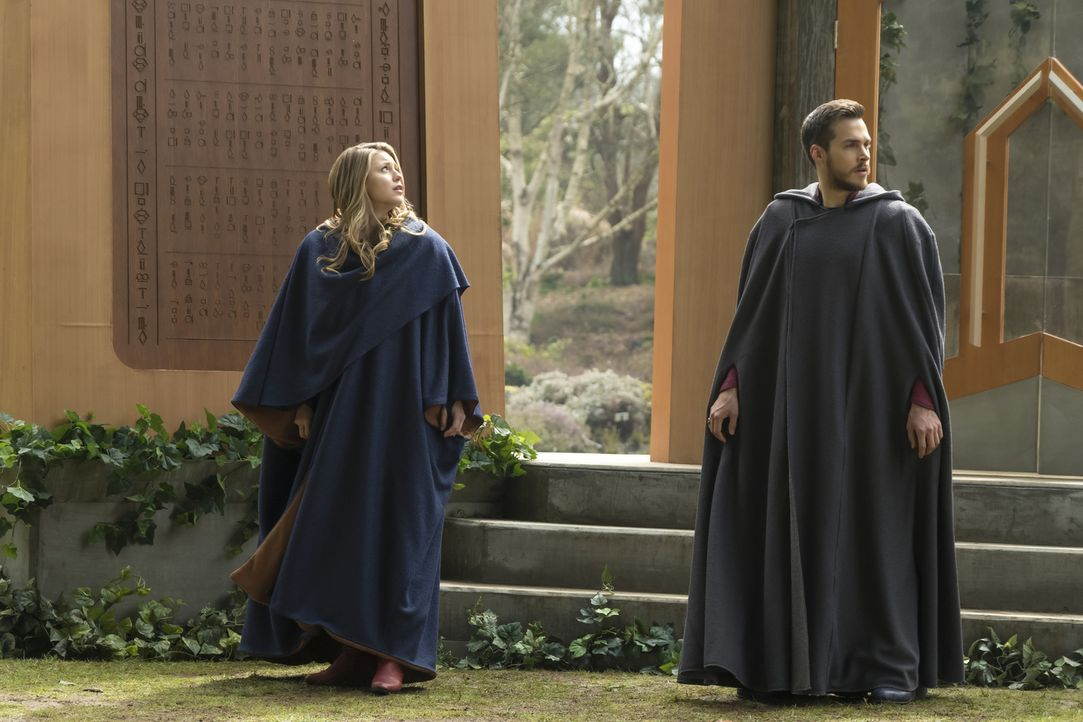 Als Kara alias Supergirl (Melissa Benoist, l.) und Mon-El (Chris Wood, r.) erfahren, dass ein Teil der kryptonischen Bevölkerung überlebt hat, mache... - Bildquelle: 2017 Warner Bros.