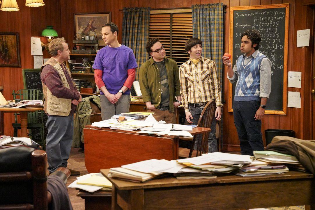 Sheldon (Jim Parsons, 2.v.l.) erhält vom zurückgezogen lebenden Wissenschaftler Dr. Wolcott (Peter MacNicol, l.) eine Einladung. Schließlich müssen... - Bildquelle: Warner Bros. Television