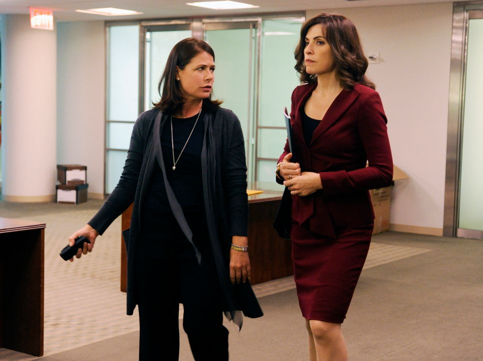 Alicia (Julianna Margulies, r.) wundert sich, warum die wohlhabende Geschäftsfrau Maddie Hayward (Maura Tierney, l.) ausgerechnet in Peters Kampagn... - Bildquelle: Jeffrey Neira 2012 CBS Broadcasting, Inc. All Rights Reserved