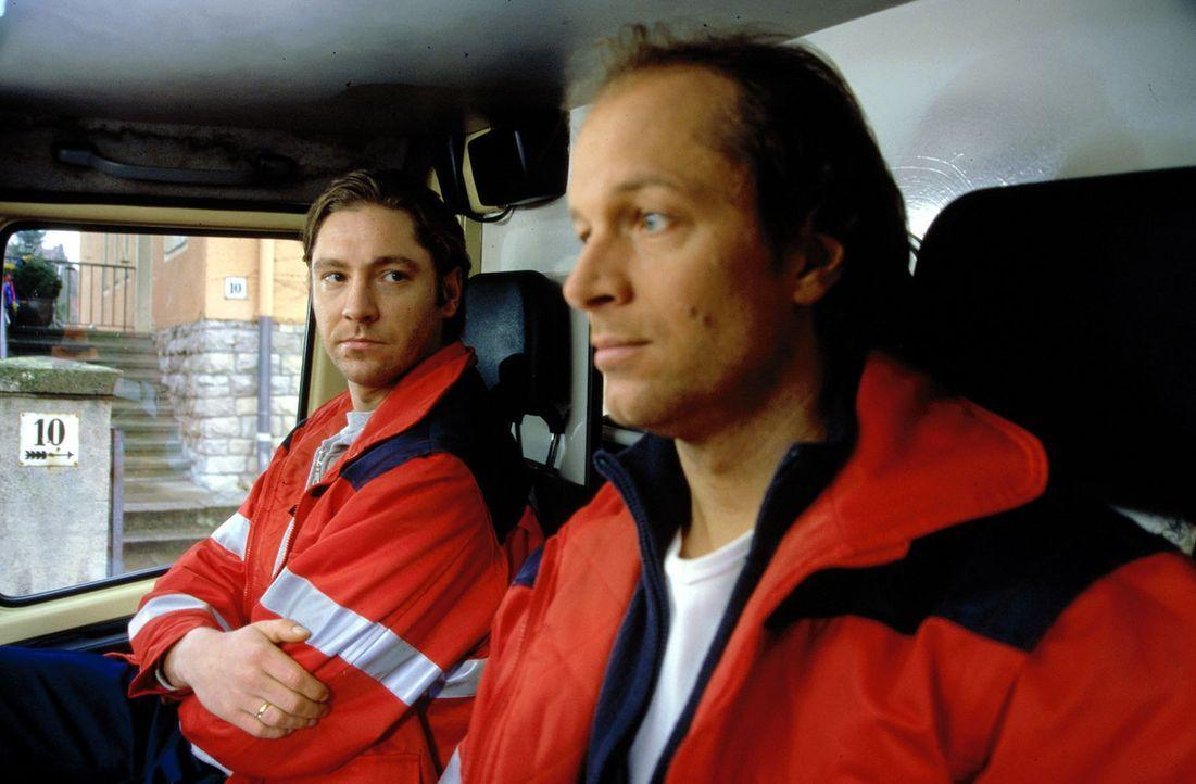 Der junge Rettungsfahrer Martin (Nicki von Tempelhoff, l.) ist versessen auf seinen Beruf. Victor (Jochen Horst, r.) als Martins Kollege ist zunächs... - Bildquelle: Spitz Sat.1