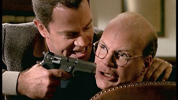 Ross (Neal McDonough, l.), der neue Mafiaboss, bedroht seinen Buchhalter Ian...