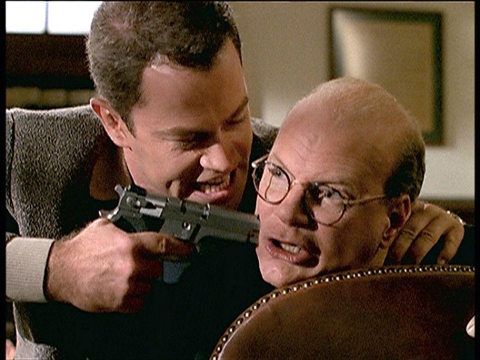 Ross (Neal McDonough, l.), der neue Mafiaboss, bedroht seinen Buchhalter Ian Trainor (James Stephens, r.), da er glaubt, dass er Geld unterschlagen... - Bildquelle: Viacom