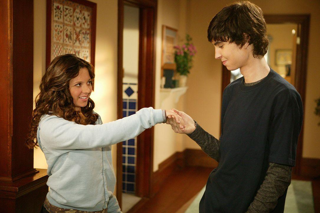 Ruthie (Mackenzie Rosman, l.) hat den kleinen Diamanten aus dem Ring von T-Bone (Colton James, r.) verloren und nimmt dies als Zeichen dafür, dass... - Bildquelle: The WB Television Network