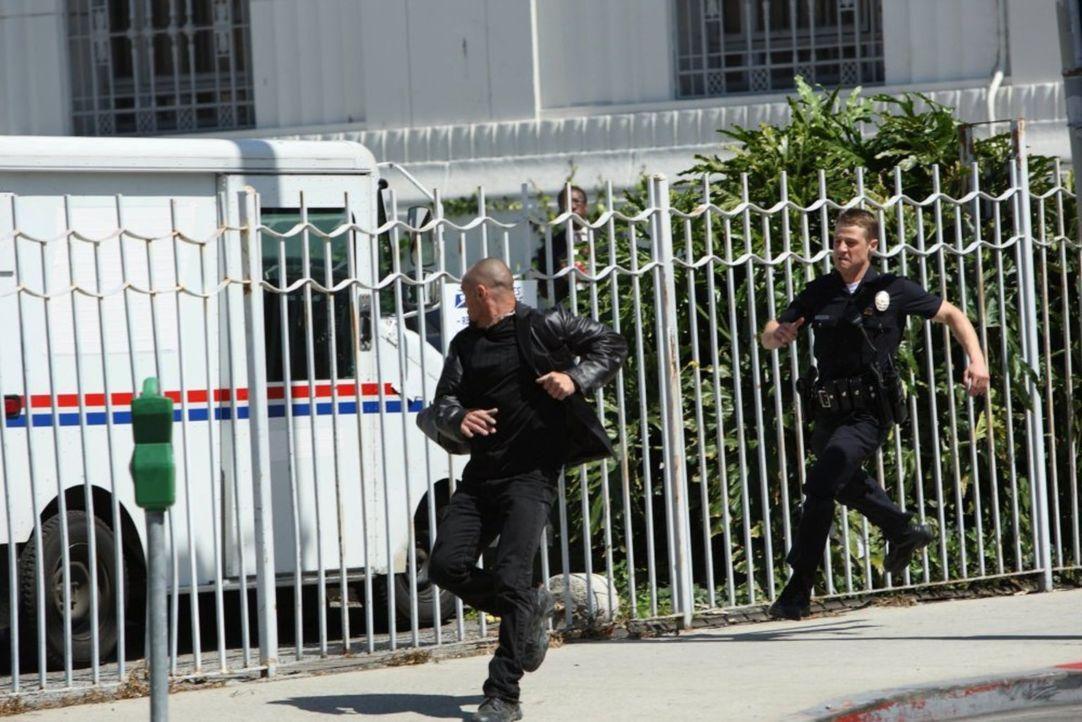 Hat der Verdächtige eine Chance, Officer Ben Sherman (Benjamin McKenzie, r.) zu entkommen? - Bildquelle: Warner Brothers