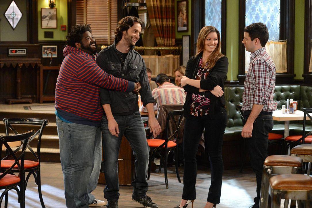 Die Geschichte zwischen Sabrina und Danny (Chris D'Elia, 2.v.l.) geht schon einen Monat. Justin (Brent Morin, r.), Leslie (Bianca Kajlich, 2.v.r.) u... - Bildquelle: Warner Brothers