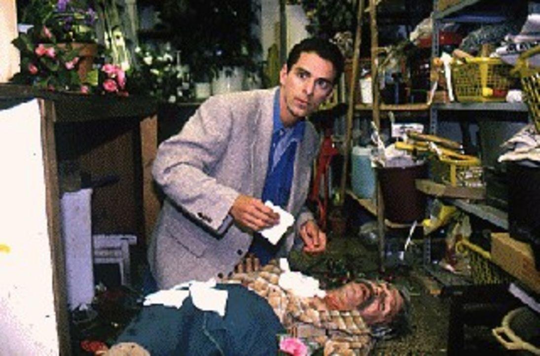 Rettung in letzter Sekunde. Dr. Timo Lennart (Martin Halm, l.) findet zufällig den schwer verletzten Blumenhändler Reimer (Eckhard Bilz, r.) in se... - Bildquelle: Noreen Flynn Sat.1