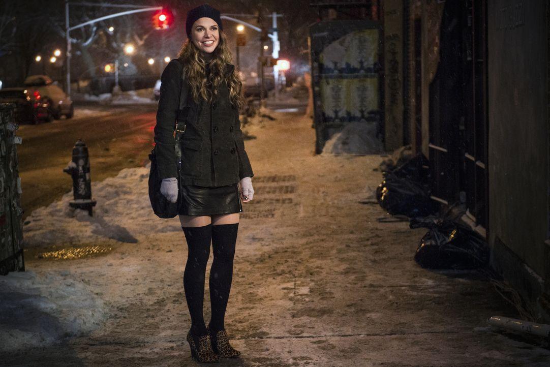 Um ihre Alterlüge aufrecht zu halten, baut sich Liza (Sutton Foster) ein ganzes Netz aus Lügen. Kann das gutgehen? - Bildquelle: Hudson Street Productions Inc 2015
