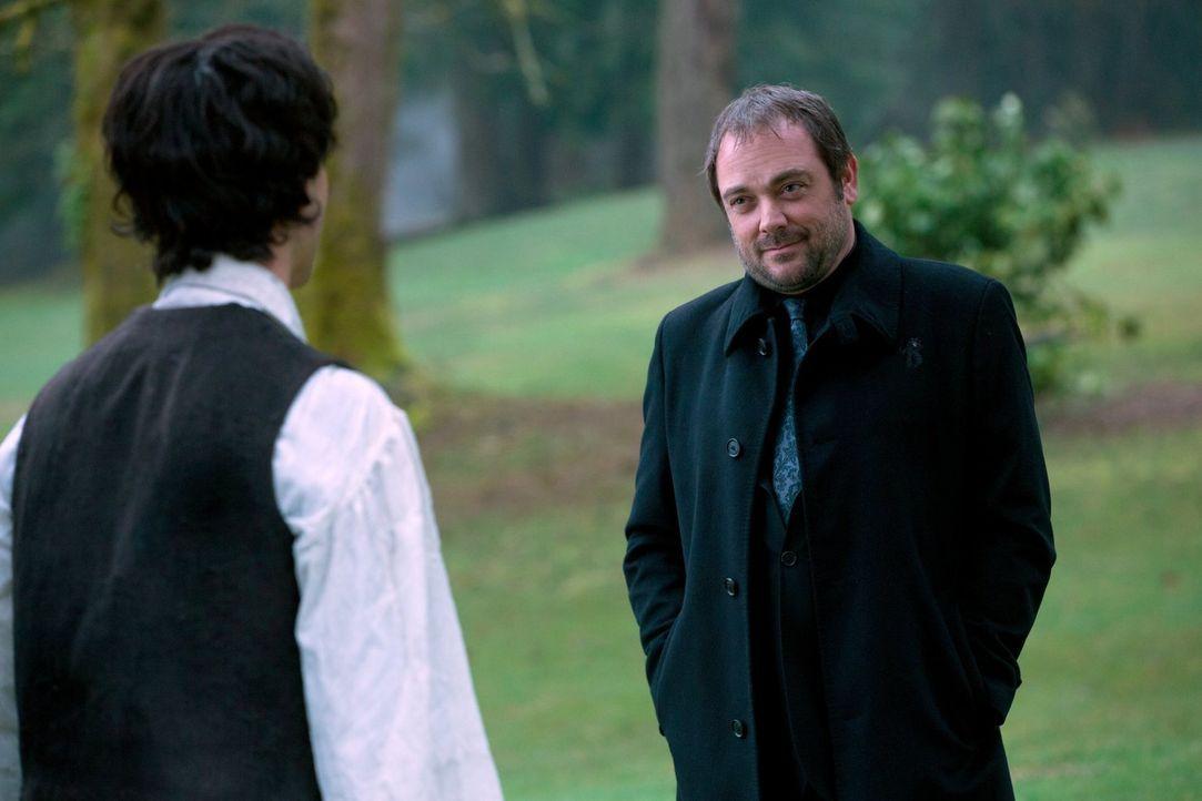 Ist Gavin MacLeod (Theo Devaney, l.) Abaddons Schlüssel, um Crowley (Mark Sheppard, r.) tatsächlich auf ihre Seite zu ziehen? - Bildquelle: 2013 Warner Brothers
