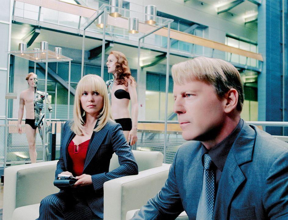 FBI-Agent Greer (Bruce Willis, r.) und seine Kollegin Peters (Radha Mitchell, l.) werden beauftragt, einen Mord an einem College-Studenten aufzuklär... - Bildquelle: Stephen Vaughan Touchstone Pictures.  All Rights Reserved