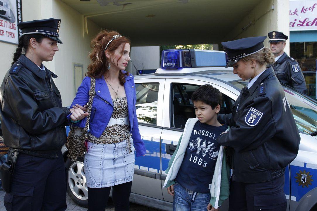 Manus (Marie Zielke, 2.v.l.) Ex Ralf und dessen neue Freundin Lindi wollen ihr Dani (Alexander Türk, M.) wegnehmen und stellen sie deshalb beim Jug... - Bildquelle: Sat.1