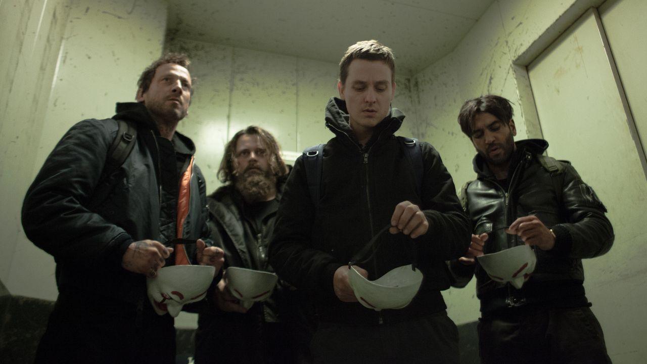 Die vier Freunde (v.l.n.r.) Stephan (Wotan Wilke Möhring), Paul (Antoine Monot, Jr.), Benjamin (Tom Schilling) und Max (Elyas M'Barek), gründen geme... - Bildquelle: Jan Rasmus Voss Wiedemann & Berg Film